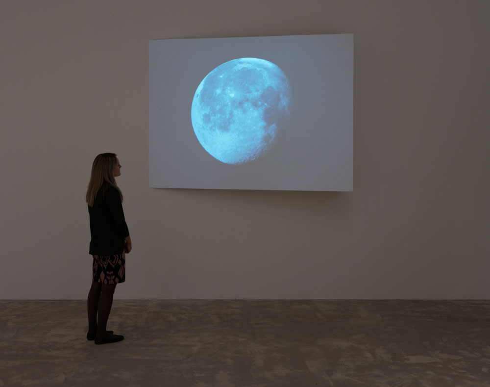 Erin Shirreff, vue d'installation: <em>Lune</em>, image fixe, 2010, vidéo couleur, muet, 32 min, en boucle, Agnes Etherington Art Centre, Kingston, Ontario.<br /> Photo par Paul Litherland.
