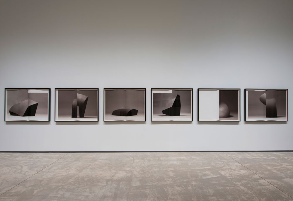 Erin Shirreff, vue d'installation <em>Monographie (no 1)</em> 2011, six épreuves pigmentaires 86,4 cm x 116,8 cm chaque, avec pli, Agnes Etherington Art Centre, Kingston, Ontario. Photo par Paul Litherland.
