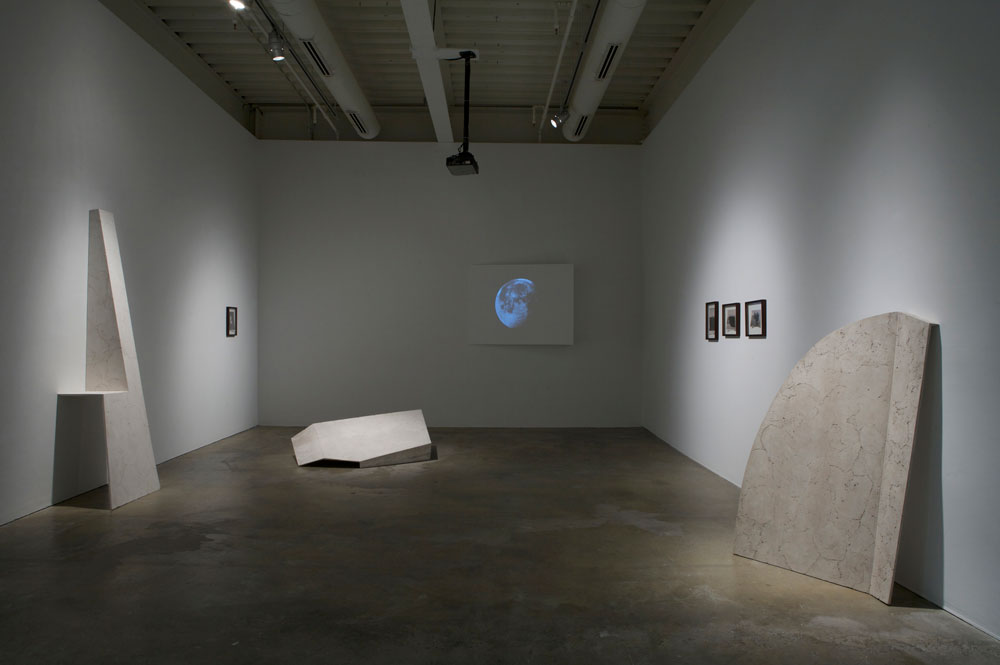 Erin Shirreff, vue d'installation : <em>Sans titre</em>, 2010, cendre, hydrocal, armature, 243,8 cm x 76,2 cm x 53,3 cm, Institute of Contemporary Art, Philadelphie. Photo par Aaron Igler.