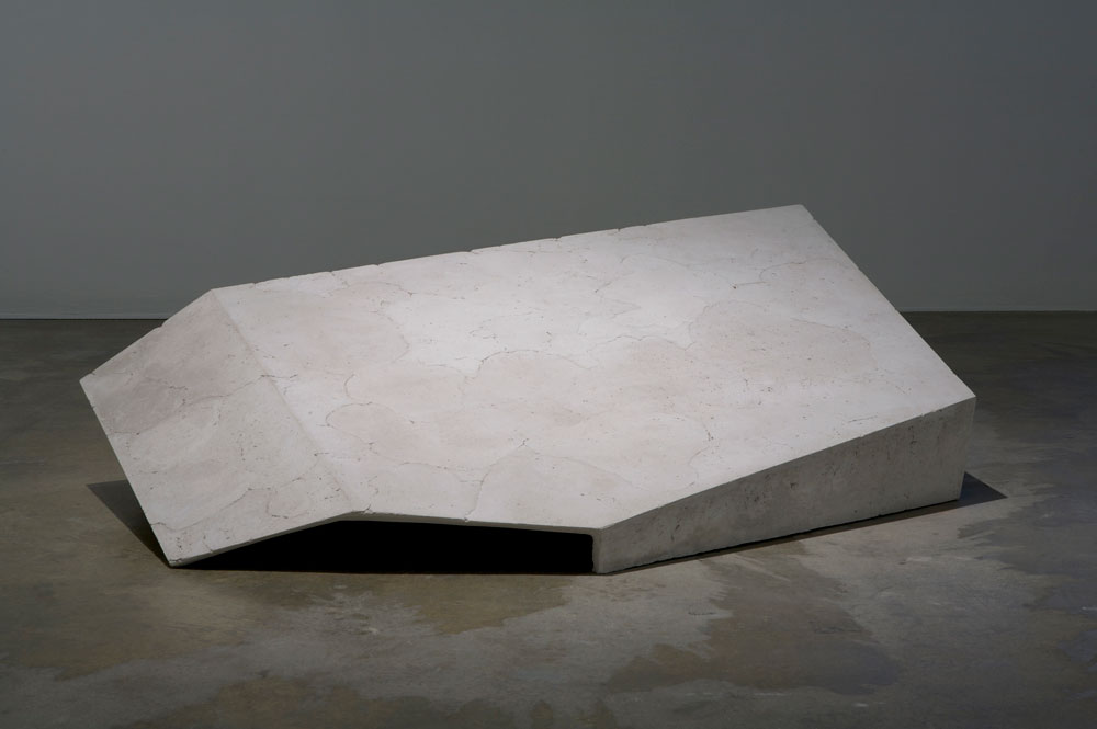 Erin Shirreff, vue d'installation : <em>Sans titre</em>, 2010, cendre, hydrocal, armature, 48,3 cm x 162,6 cm x 104,1 cm, Institute of Contemporary Art, Philadelphie. Photo par Aaron Igler.
